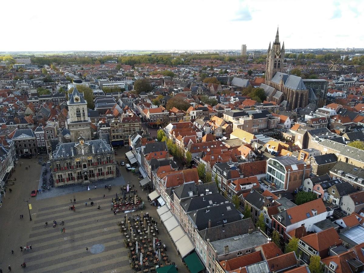 Delft desde las alturas - Plaza del Mercado con el Ayuntamiento y la Iglesia Vieja de fondo