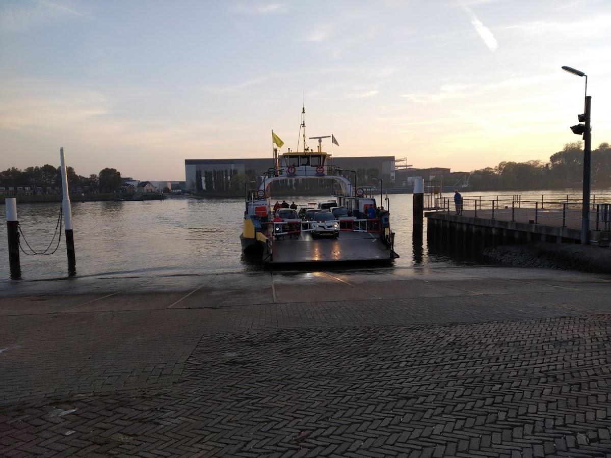 Ferry para cruzar hacia Kinderdijk